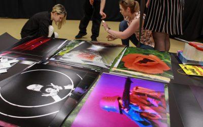 Fotorelacja zprzygotowań dowernisażu wystawy fotograficznej iartystycznej